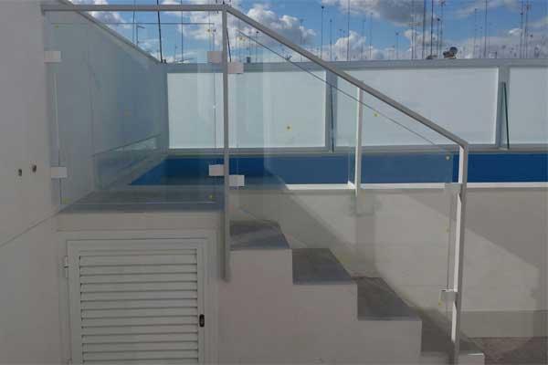 Cerramiento y baranda de aluminio para piscina de Aluminios Lito
