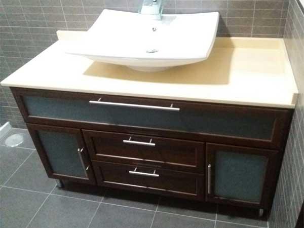 Mueble de baño de aluminio en nogal de Aluminios Lito