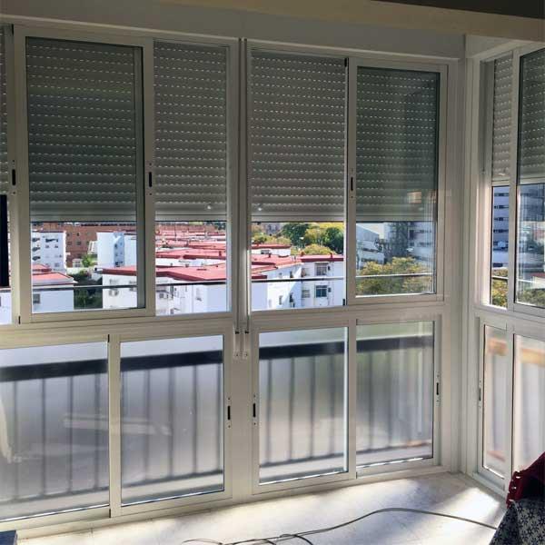 Ventanal de balcon con ventanas correderas de Aluminios Lito