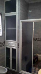 Rincón de baño con muebles de aluminio hasta el techo de Aluminios Lito